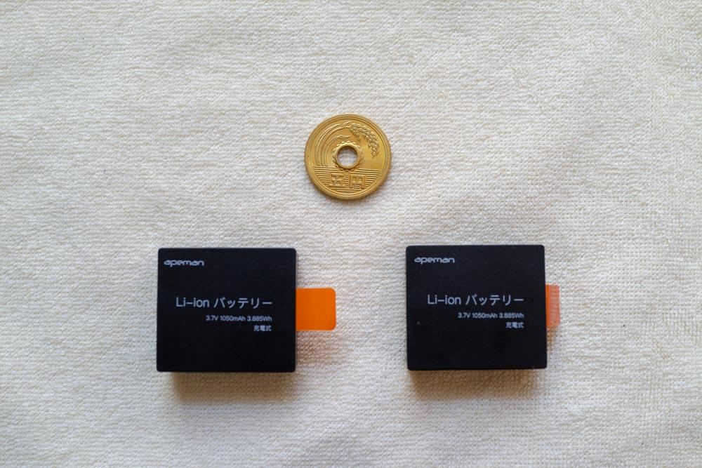 バッテリーは予備を含め2つ梱包されている