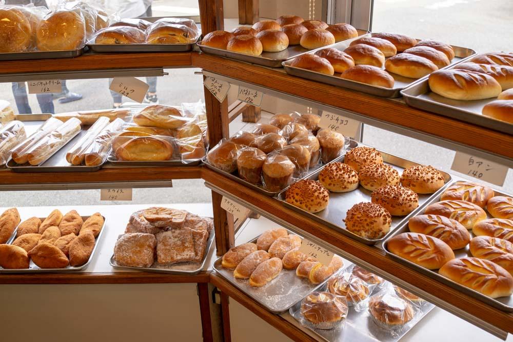 魅力的なパンが並ぶ