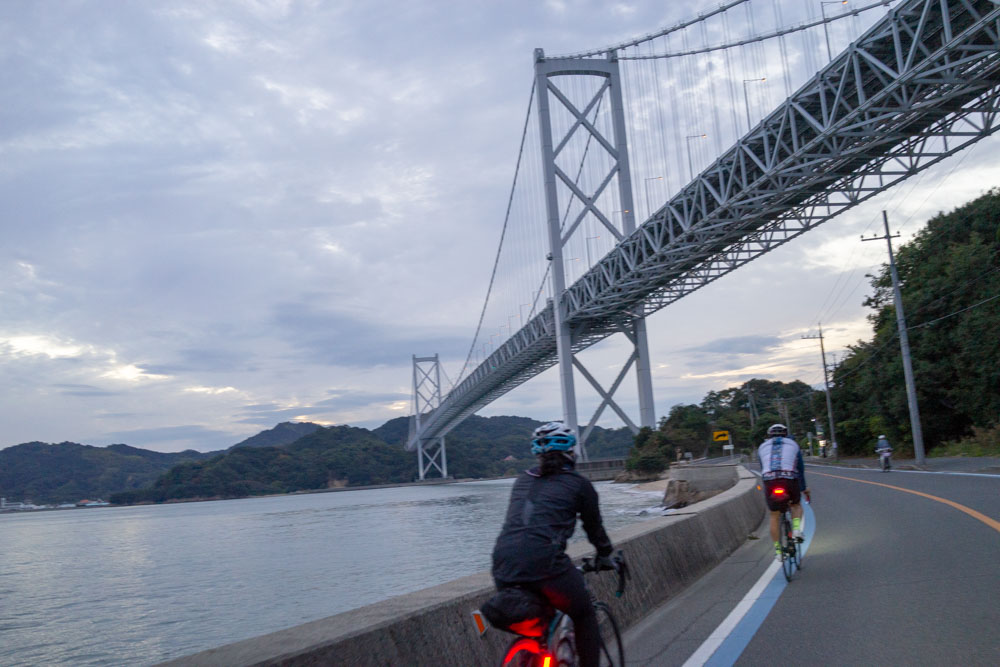 因島大橋をくぐる