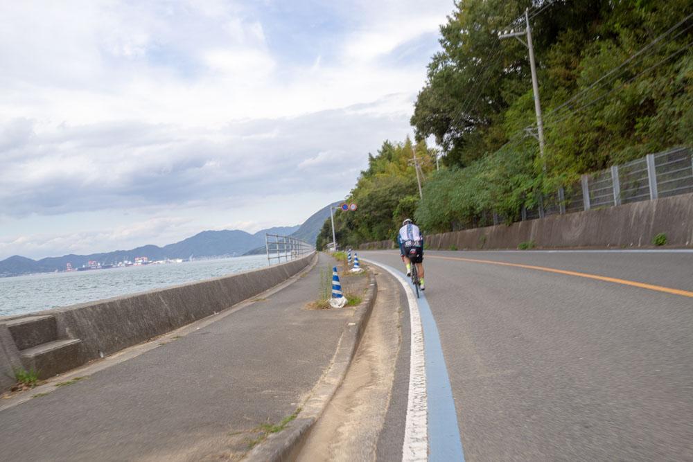 生口島を海沿いに走る