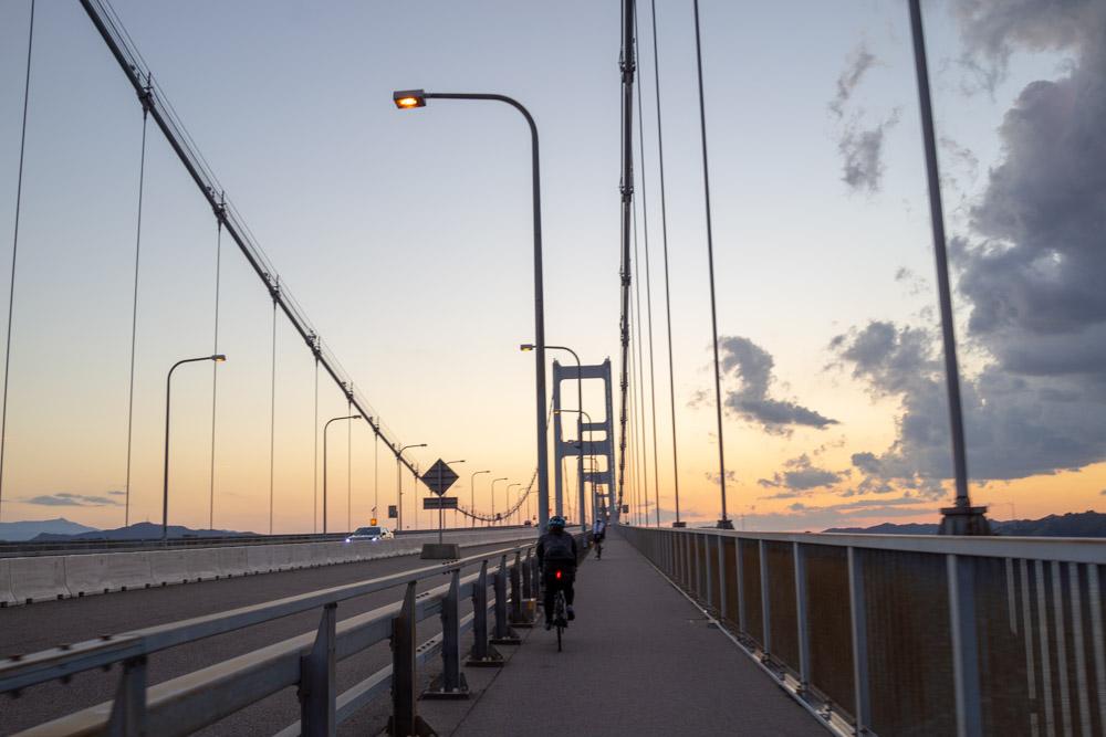 来島海峡大橋を渡る