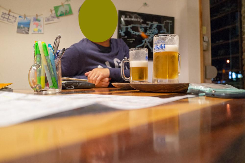 オープンスペースでビールを楽しむ二人