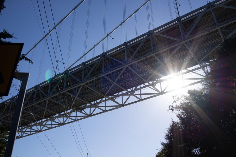 橋の下から因島大橋を覗く
