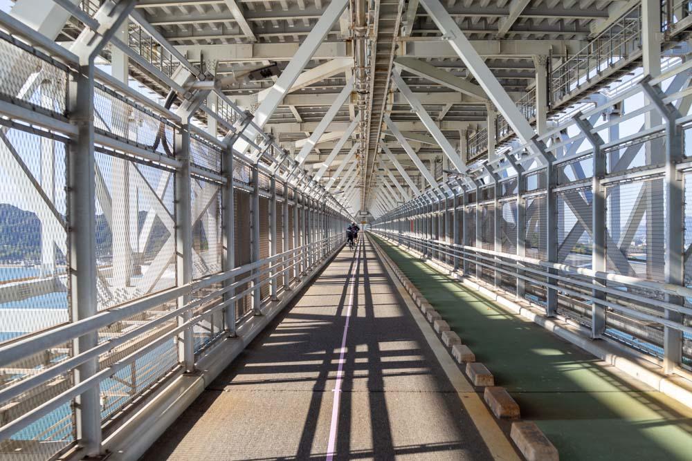 橋の中を走る