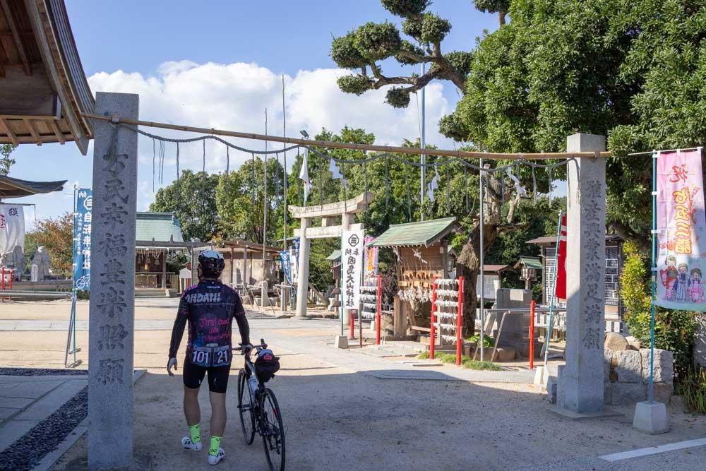 自転車のまま境内に入る