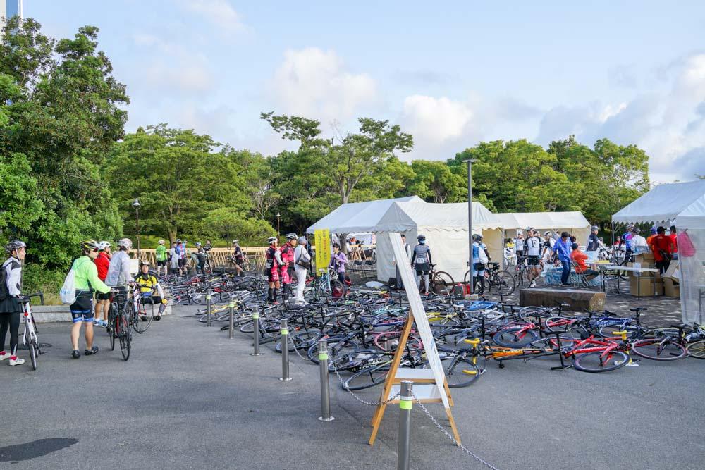 すでに多くの自転車が列を作る